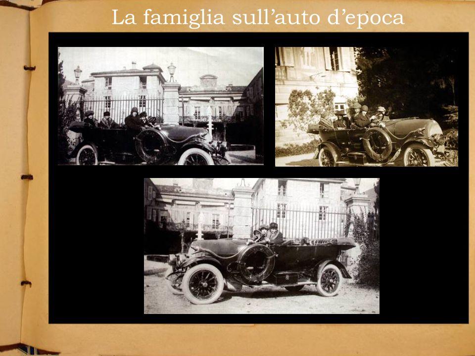 La famiglia sull'auto d'epoca