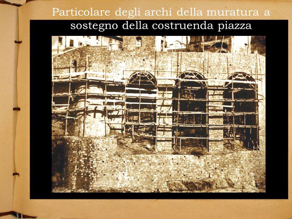 Particolare degli archi della muratura a sostegno della costruenda piazza