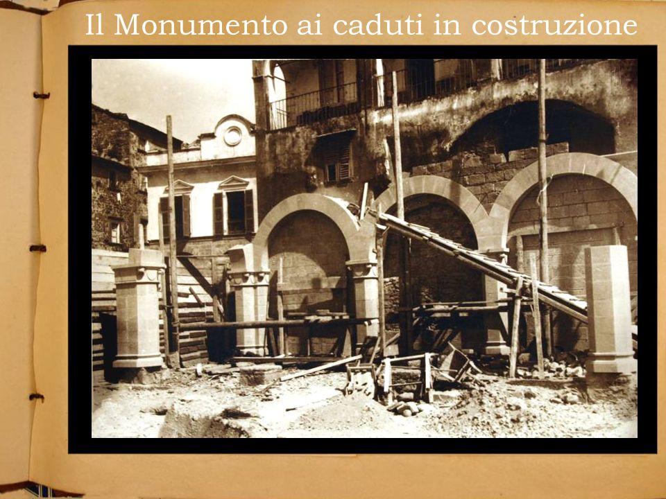 Il Monumento ai caduti in costruzione
