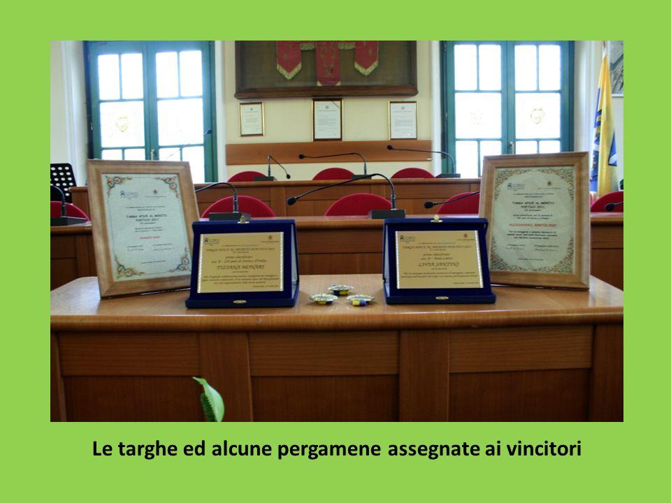 Le targhe ed alcune pergamene assegnate ai vincitori