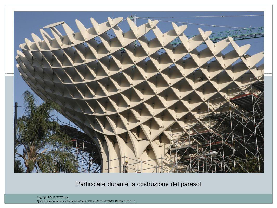 Particolare durante la costruzione del parasol