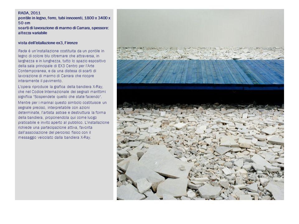 RADA, 2011 pontile in legno, ferro, tubi innocenti, 1800 x 3400 x 50 cm scarti di lavorazione di marmo di Carrara, spessore: altezza variabile vista dell'istallazione ex3, Firenze