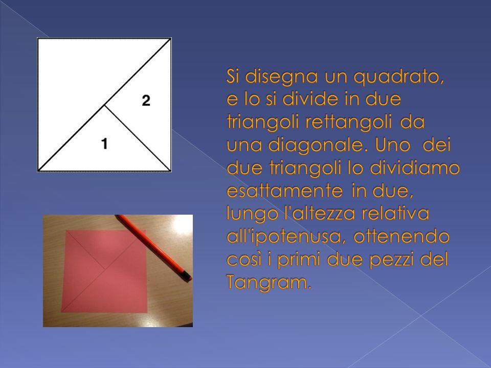 Si disegna un quadrato, e lo si divide in due triangoli rettangoli da una diagonale.