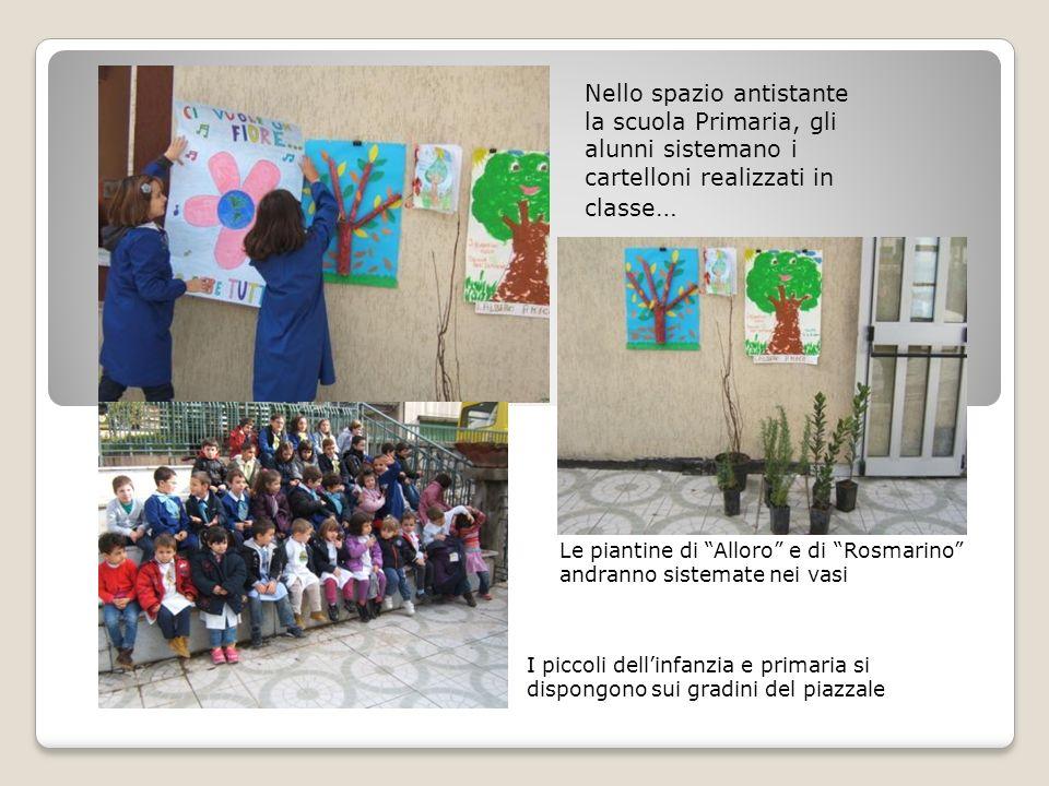 Nello spazio antistante la scuola Primaria, gli alunni sistemano i cartelloni realizzati in classe…