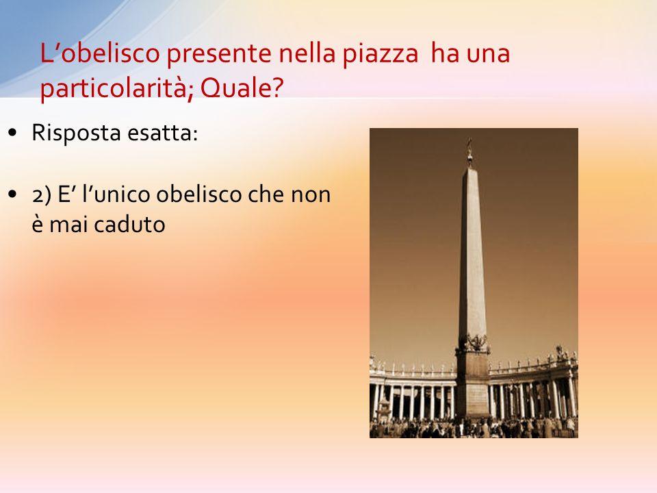 L'obelisco presente nella piazza ha una particolarità; Quale