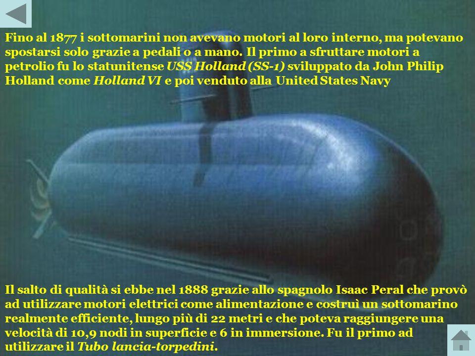 Fino al 1877 i sottomarini non avevano motori al loro interno, ma potevano spostarsi solo grazie a pedali o a mano. Il primo a sfruttare motori a petrolio fu lo statunitense USS Holland (SS-1) sviluppato da John Philip Holland come Holland VI e poi venduto alla United States Navy