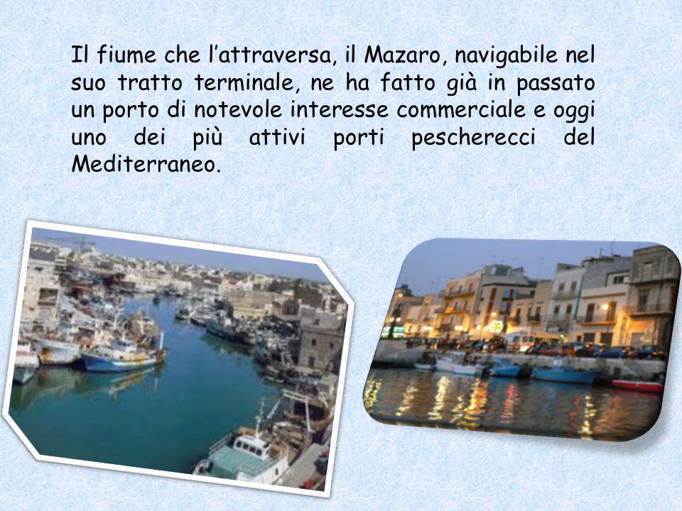 Il fiume che l'attraversa, il Mazaro, navigabile nel suo tratto terminale, ne ha fatto già in passato un porto di notevole interesse commerciale e oggi uno dei più attivi porti pescherecci del Mediterraneo.