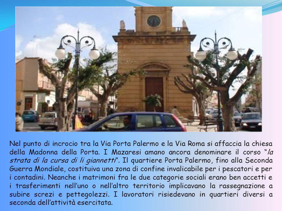 Nel punto di incrocio tra la Via Porta Palermo e la Via Roma si affaccia la chiesa della Madonna della Porta.
