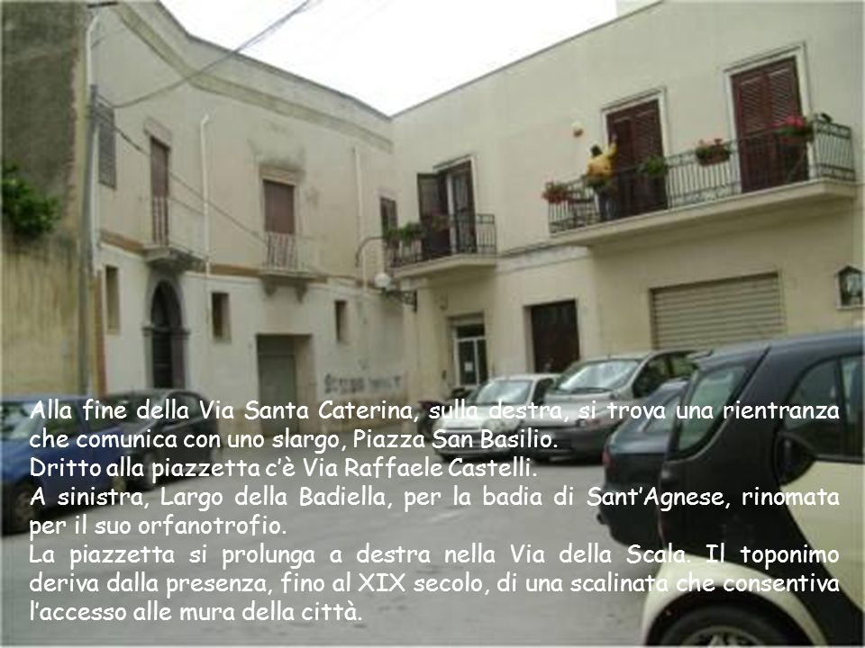 Alla fine della Via Santa Caterina, sulla destra, si trova una rientranza che comunica con uno slargo, Piazza San Basilio.