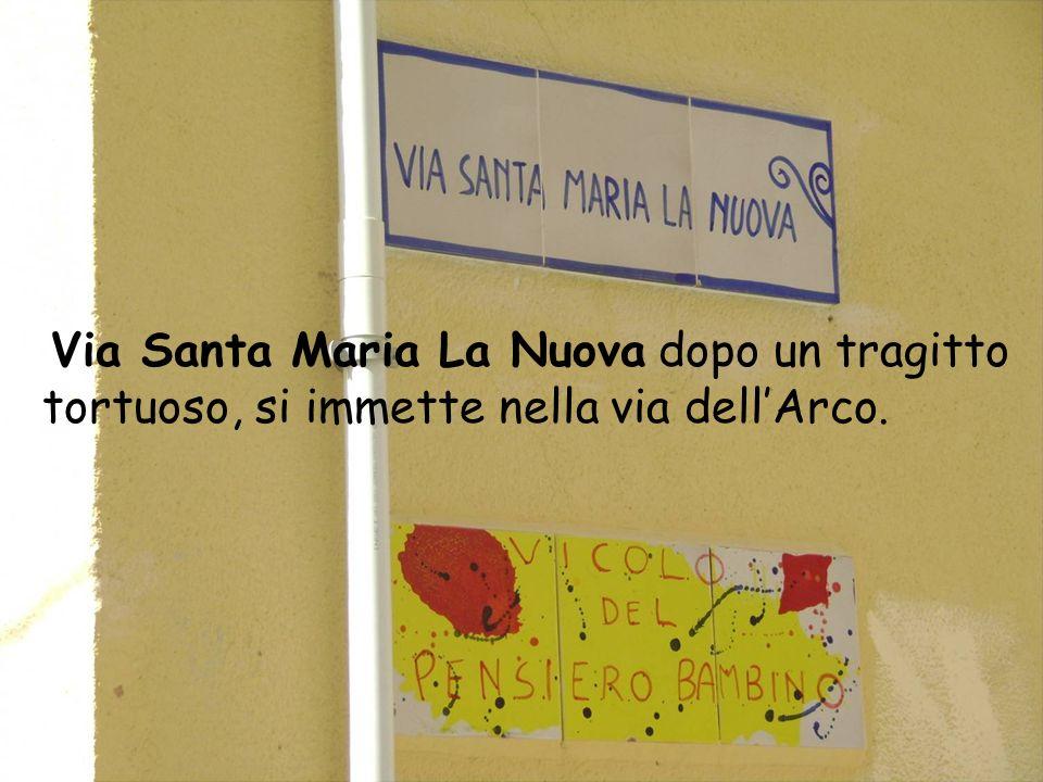 Via Santa Maria La Nuova dopo un tragitto tortuoso, si immette nella via dell'Arco.