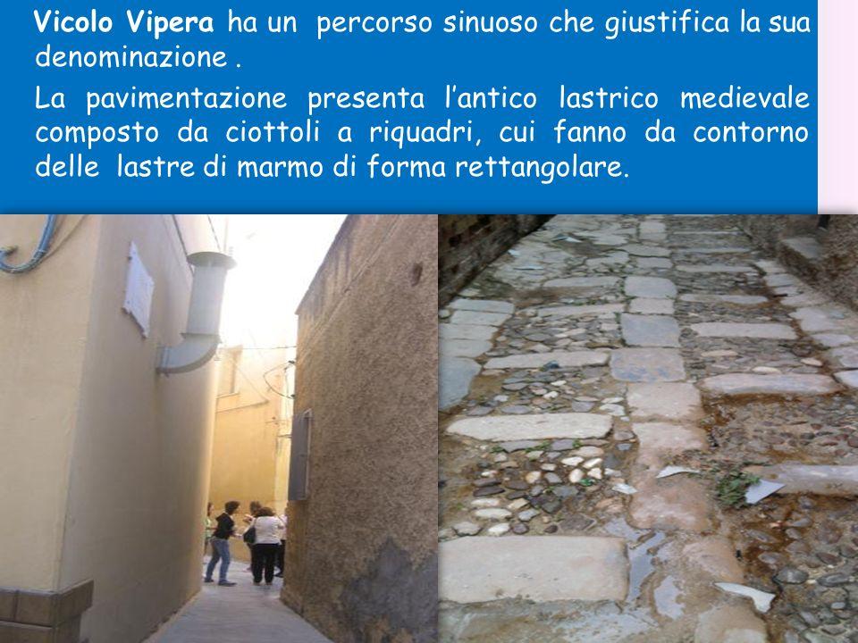 Vicolo Vipera ha un percorso sinuoso che giustifica la sua denominazione .