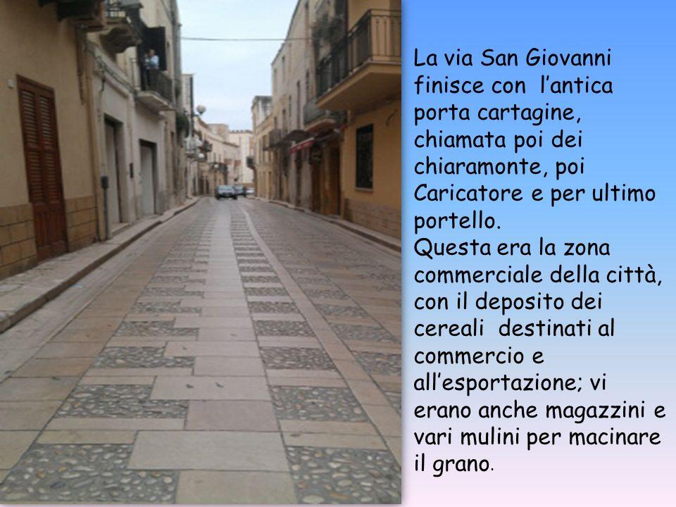 La via San Giovanni finisce con l'antica porta cartagine, chiamata poi dei chiaramonte, poi Caricatore e per ultimo portello.
