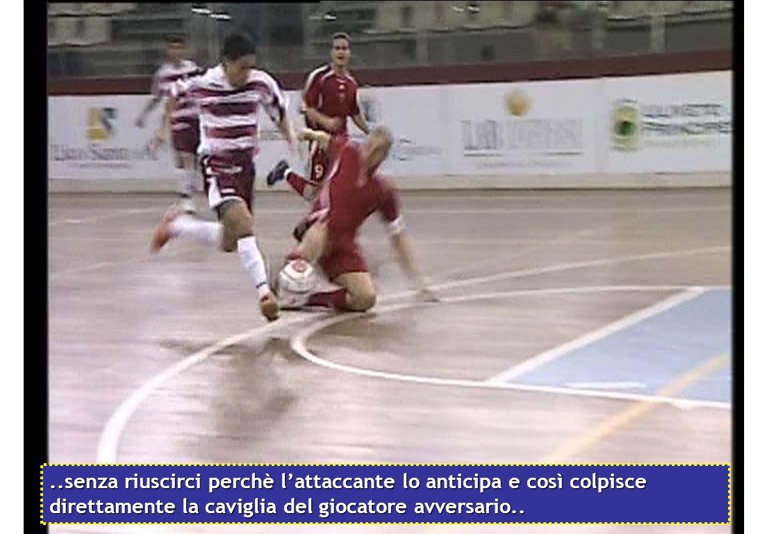..senza riuscirci perchè l'attaccante lo anticipa e così colpisce direttamente la caviglia del giocatore avversario..