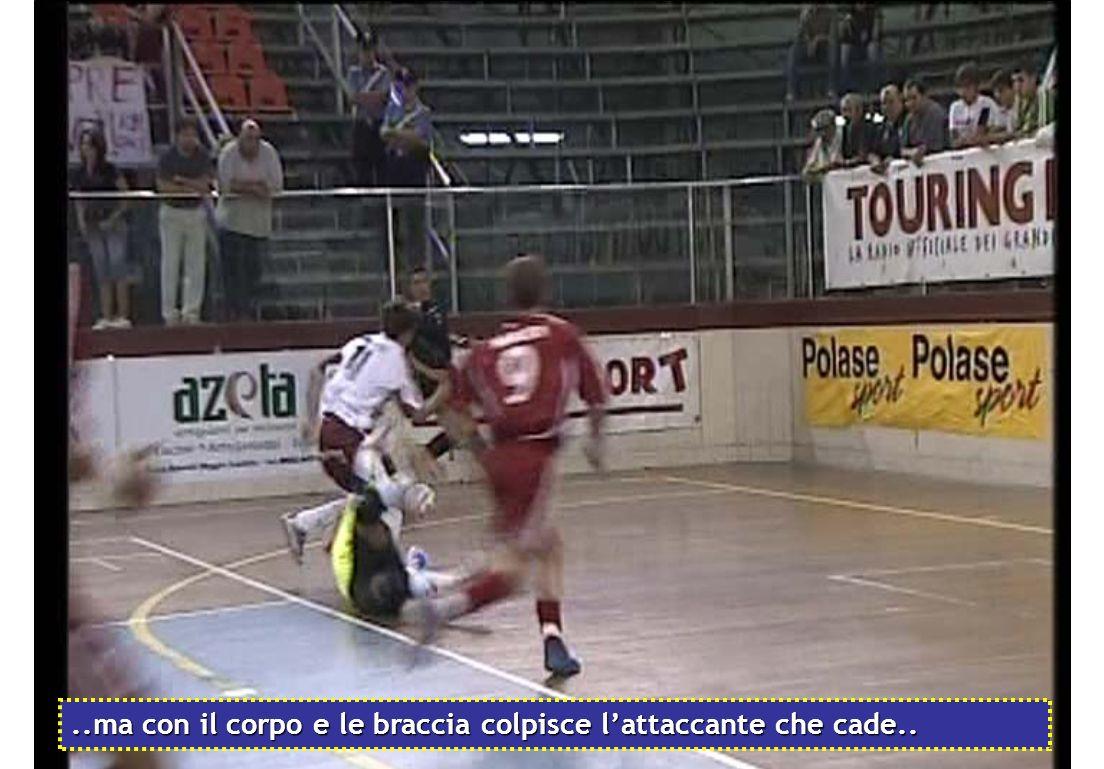 ..ma con il corpo e le braccia colpisce l'attaccante che cade..