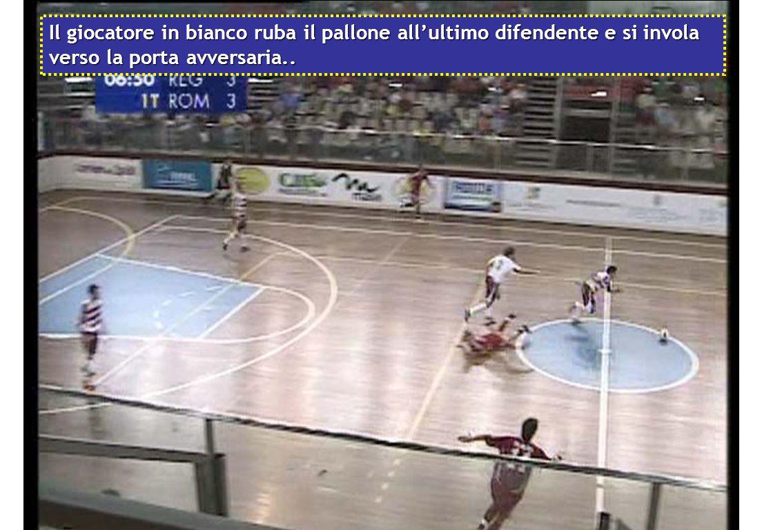 Il giocatore in bianco ruba il pallone all'ultimo difendente e si invola verso la porta avversaria..