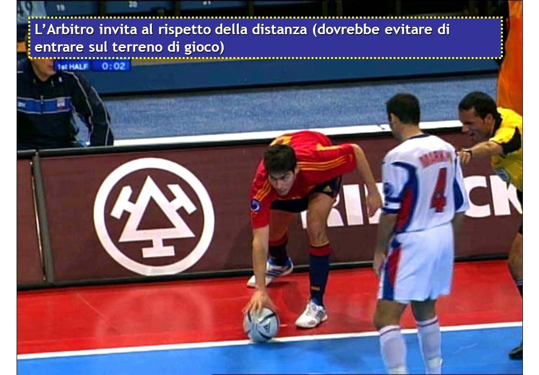 L'Arbitro invita al rispetto della distanza (dovrebbe evitare di entrare sul terreno di gioco)