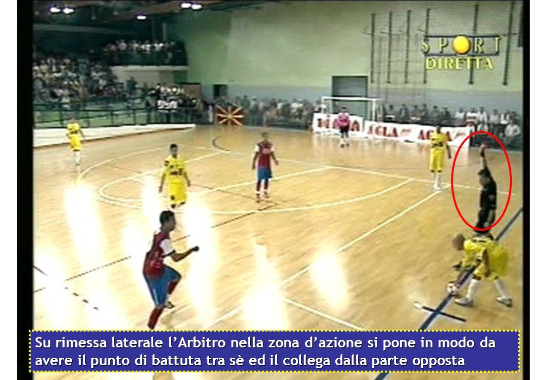 Su rimessa laterale l'Arbitro nella zona d'azione si pone in modo da avere il punto di battuta tra sè ed il collega dalla parte opposta
