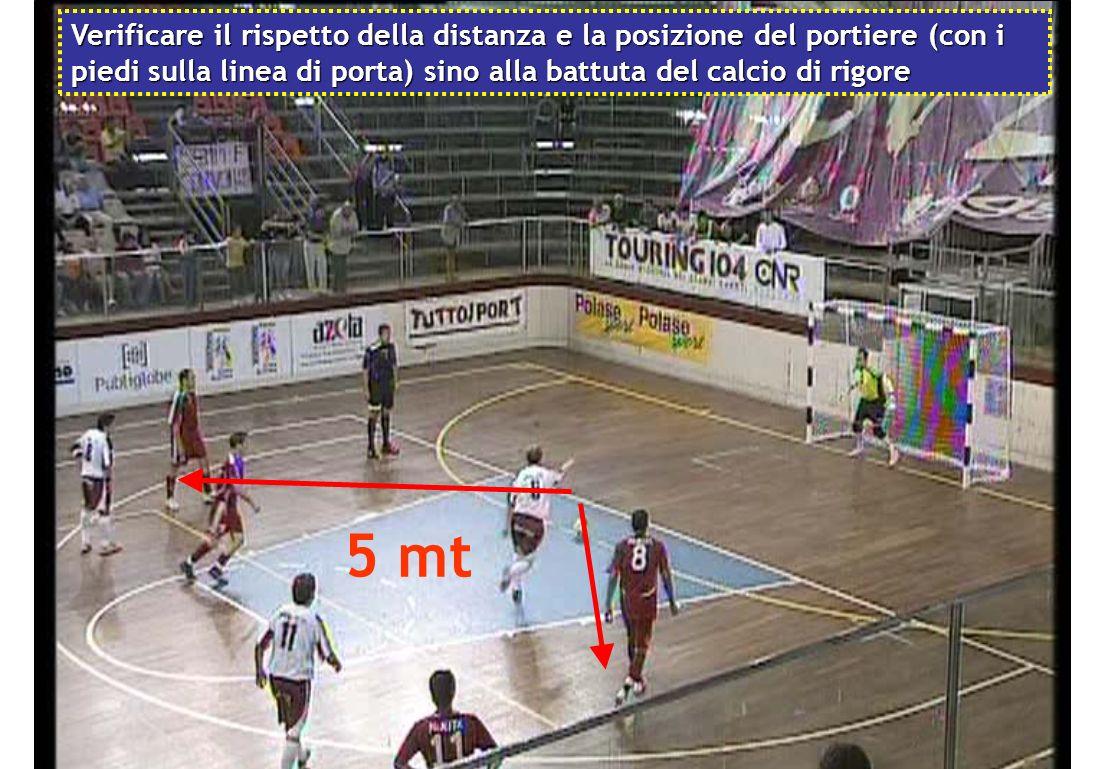 Verificare il rispetto della distanza e la posizione del portiere (con i piedi sulla linea di porta) sino alla battuta del calcio di rigore