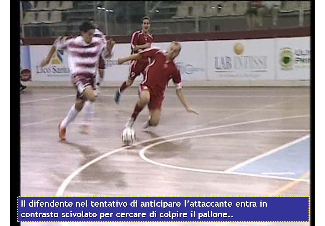 Il difendente nel tentativo di anticipare l'attaccante entra in contrasto scivolato per cercare di colpire il pallone..