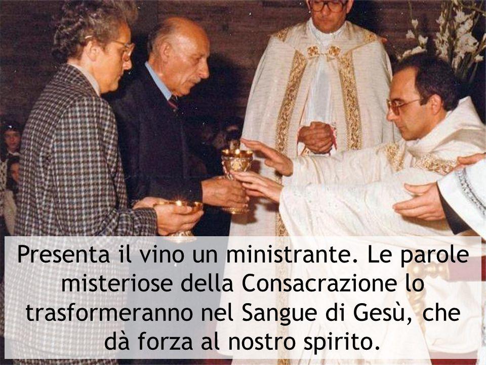 Presenta il vino un ministrante
