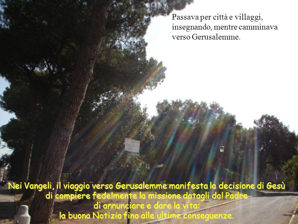 Passava per città e villaggi, insegnando, mentre camminava verso Gerusalemme.