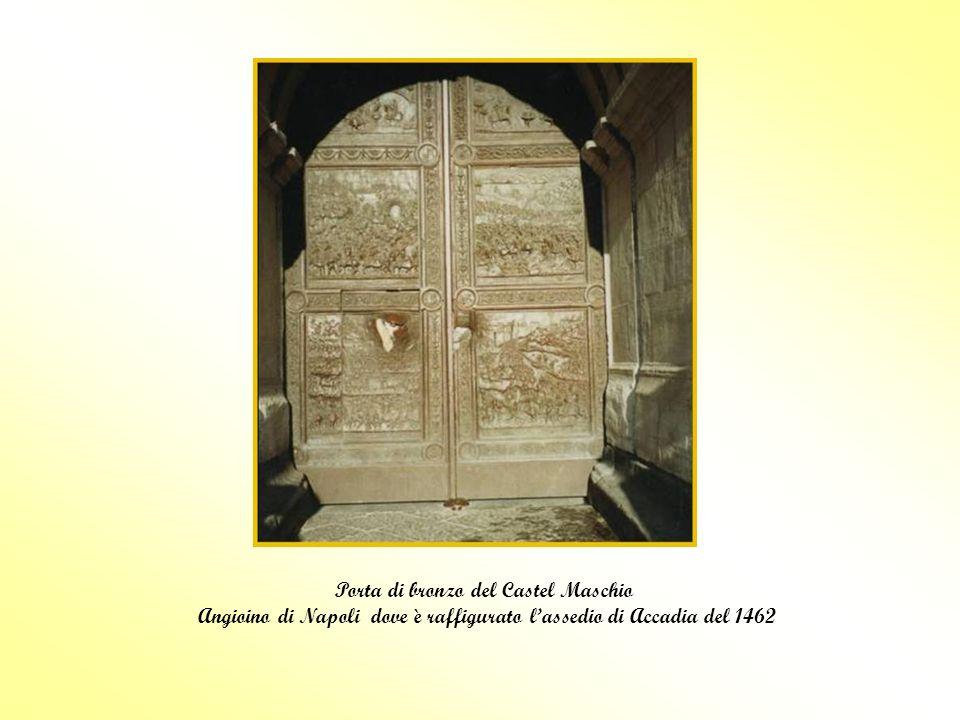 Porta di bronzo del Castel Maschio