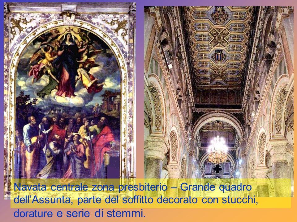 Navata centrale zona presbiterio – Grande quadro dell'Assunta, parte del soffitto decorato con stucchi, dorature e serie di stemmi.