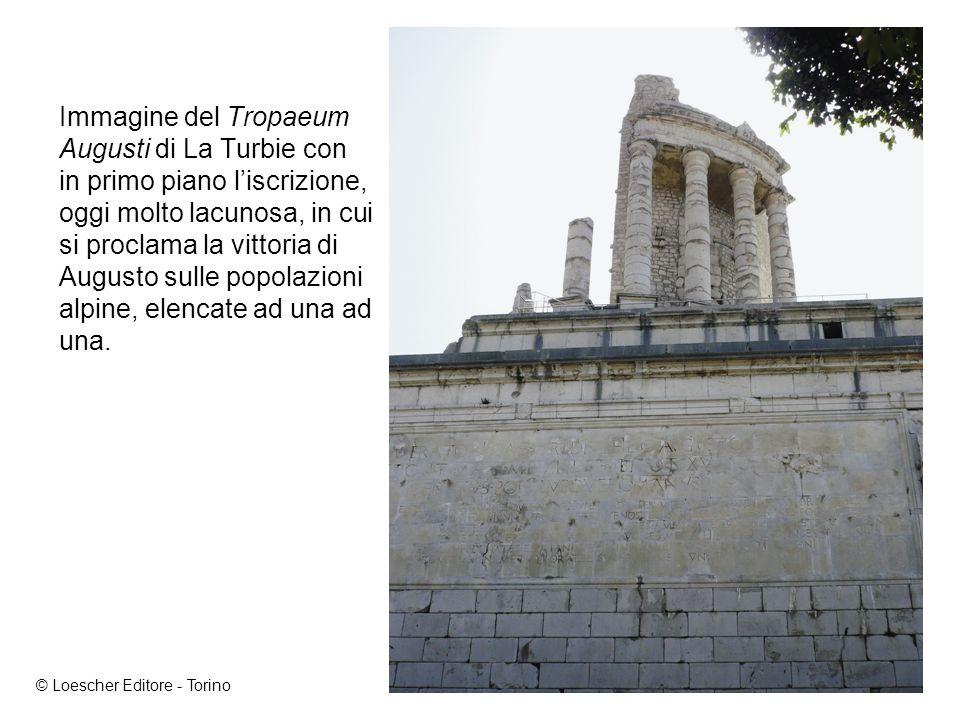 Immagine del Tropaeum Augusti di La Turbie con in primo piano l'iscrizione, oggi molto lacunosa, in cui si proclama la vittoria di Augusto sulle popolazioni alpine, elencate ad una ad una.