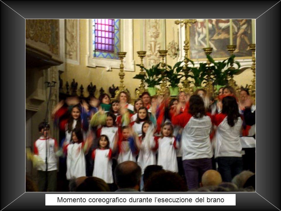 Momento coreografico durante l'esecuzione del brano
