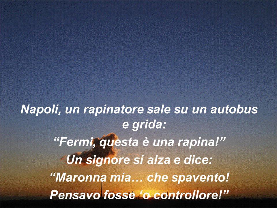 Napoli, un rapinatore sale su un autobus e grida: