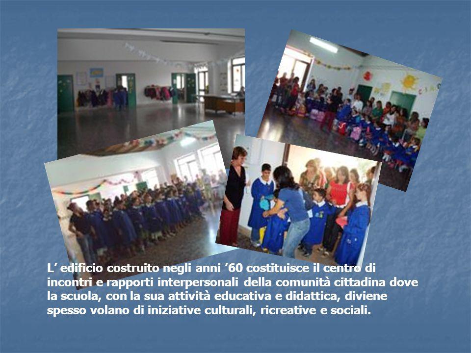 L' edificio costruito negli anni '60 costituisce il centro di incontri e rapporti interpersonali della comunità cittadina dove la scuola, con la sua attività educativa e didattica, diviene spesso volano di iniziative culturali, ricreative e sociali.