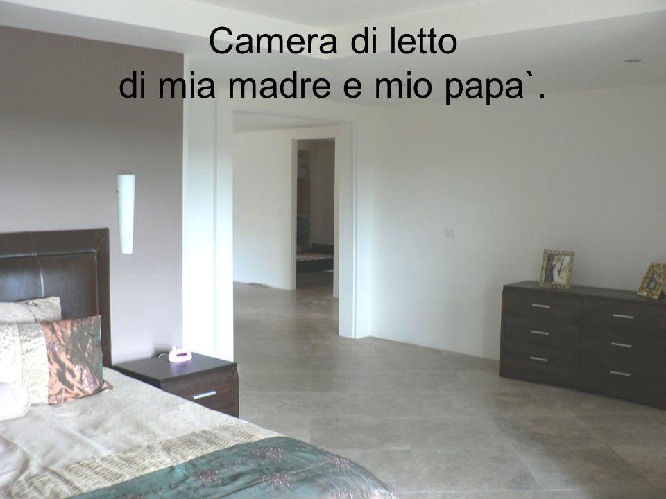 Camera di letto di mia madre e mio papa`.