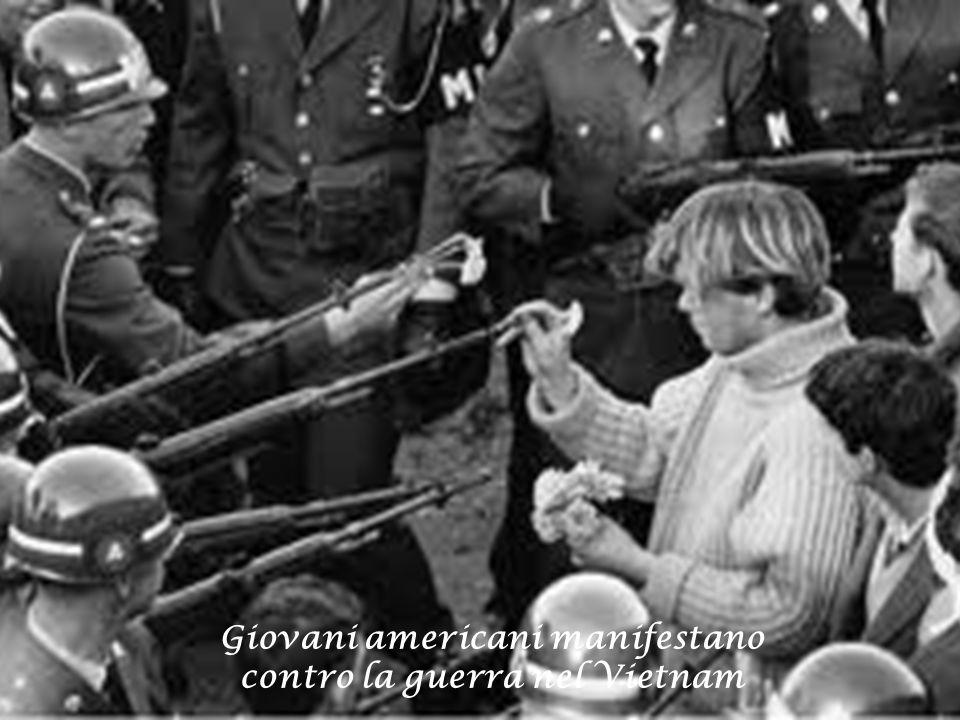 Giovani americani manifestano contro la guerra nel Vietnam