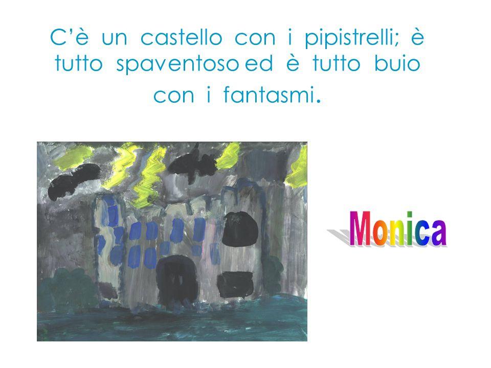 C'è un castello con i pipistrelli; è tutto spaventoso ed è tutto buio con i fantasmi.