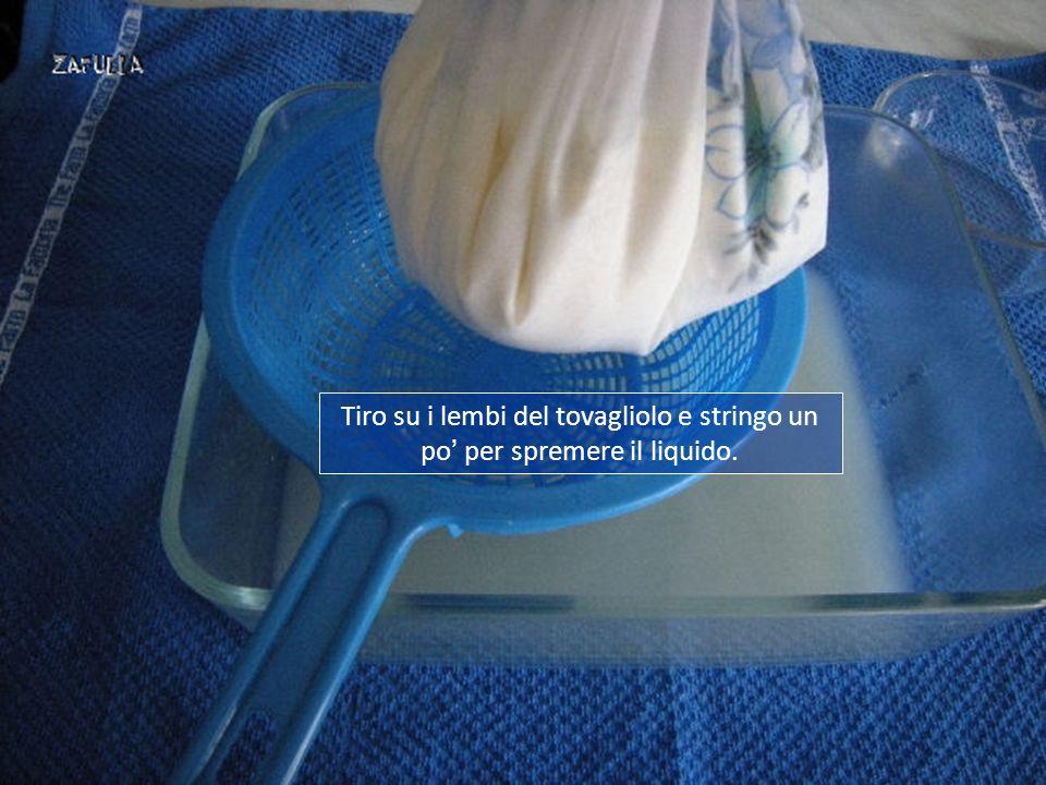 Tiro su i lembi del tovagliolo e stringo un po' per spremere il liquido.