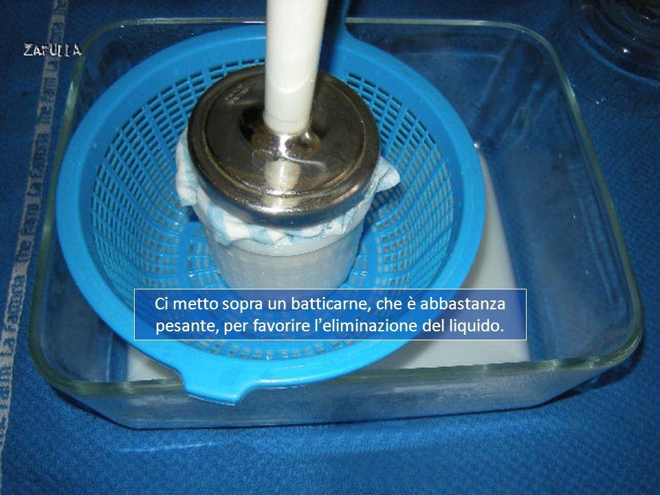 Ci metto sopra un batticarne, che è abbastanza pesante, per favorire l'eliminazione del liquido.