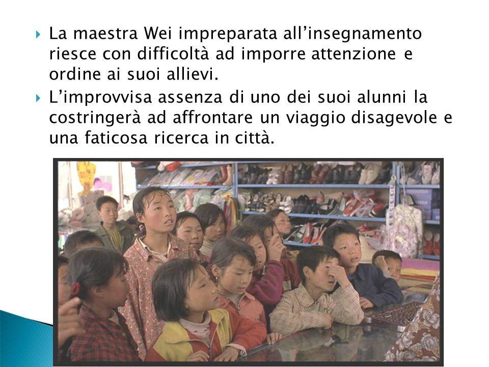 La maestra Wei impreparata all'insegnamento riesce con difficoltà ad imporre attenzione e ordine ai suoi allievi.