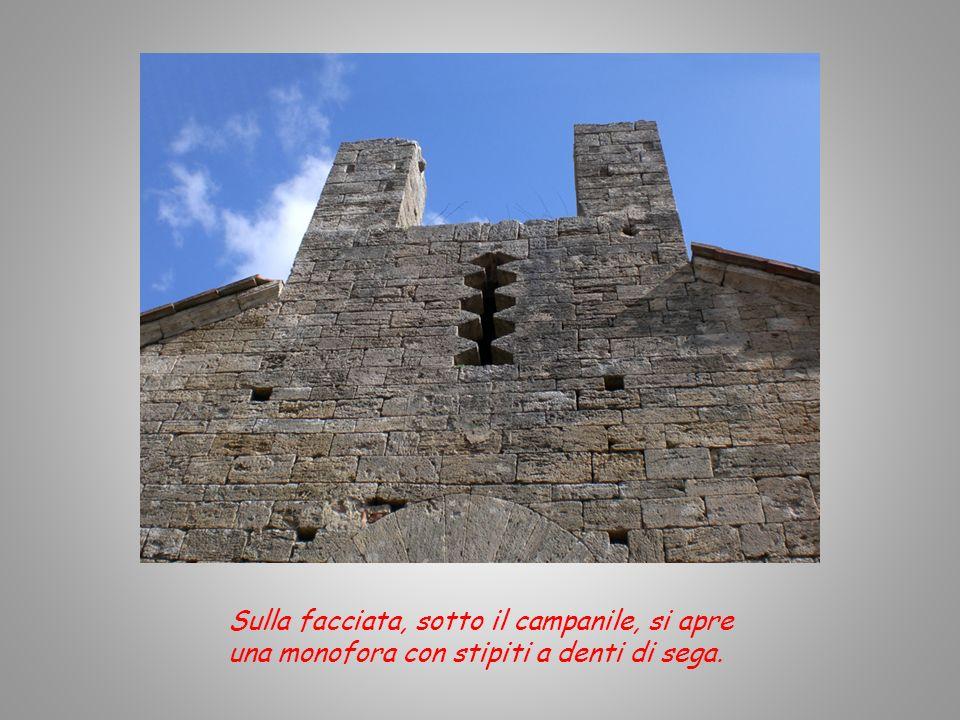 Sulla facciata, sotto il campanile, si apre una monofora con stipiti a denti di sega.
