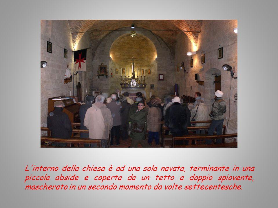 L interno della chiesa è ad una sola navata, terminante in una piccola abside e coperta da un tetto a doppio spiovente, mascherato in un secondo momento da volte settecentesche.