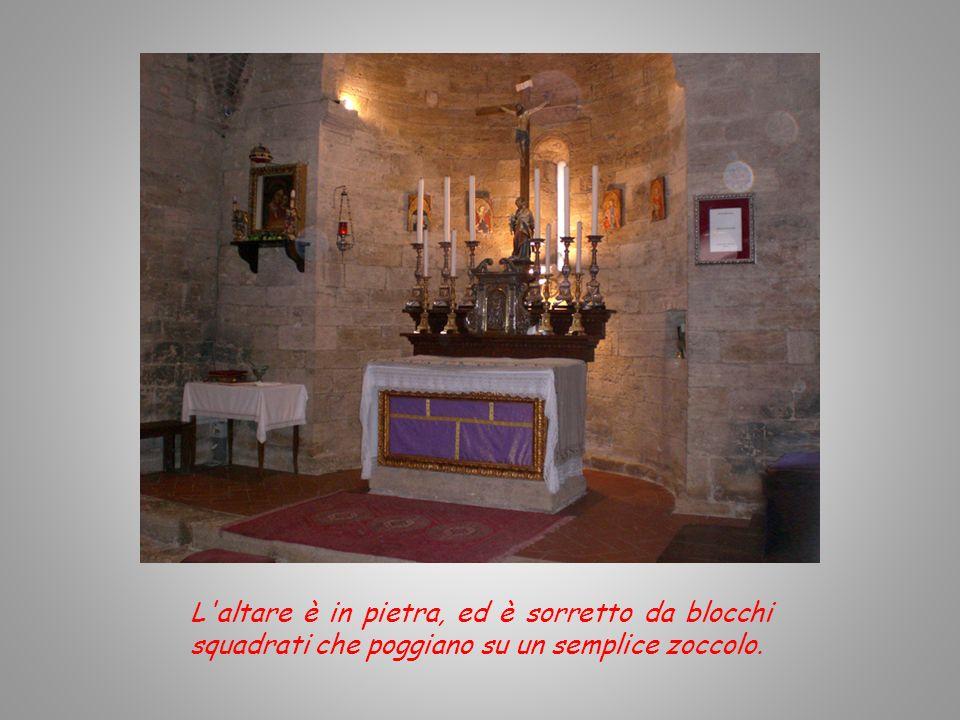 L altare è in pietra, ed è sorretto da blocchi squadrati che poggiano su un semplice zoccolo.