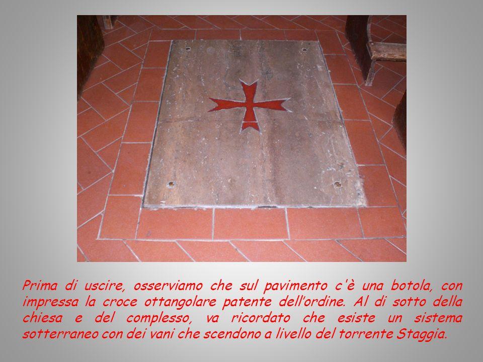 Prima di uscire, osserviamo che sul pavimento c è una botola, con impressa la croce ottangolare patente dell'ordine.