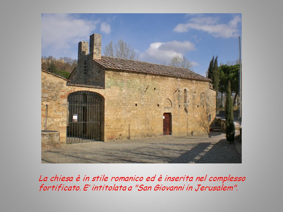 La chiesa è in stile romanico ed è inserita nel complesso fortificato