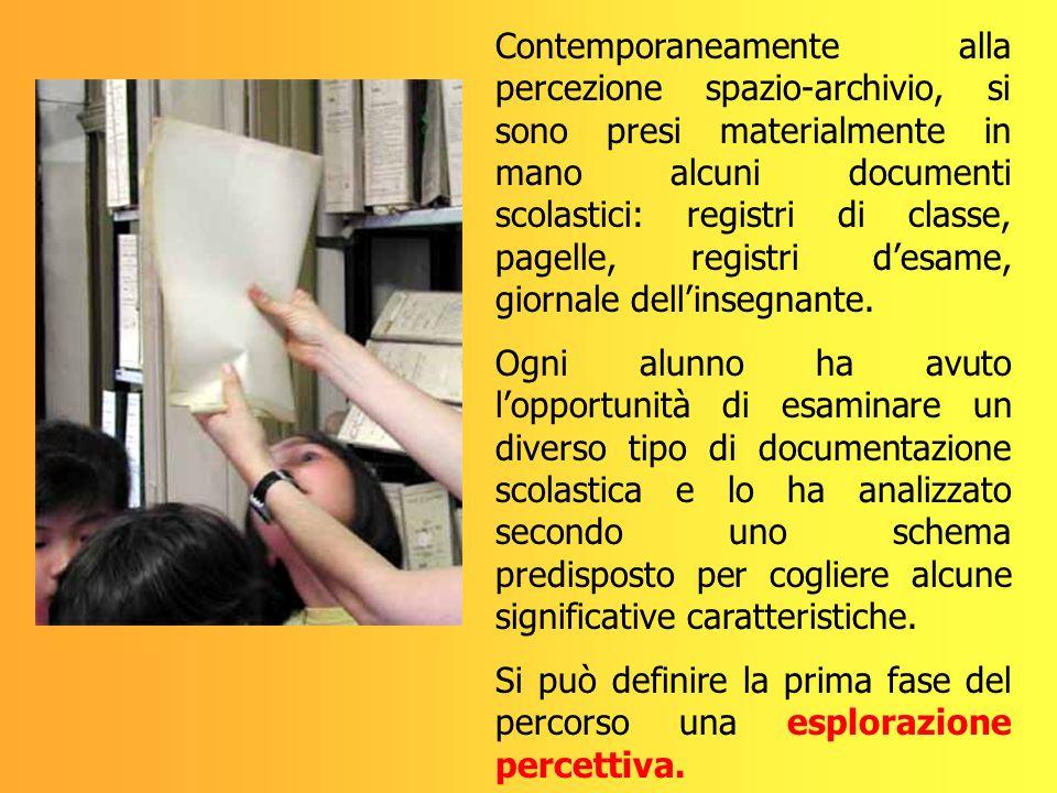 Contemporaneamente alla percezione spazio-archivio, si sono presi materialmente in mano alcuni documenti scolastici: registri di classe, pagelle, registri d'esame, giornale dell'insegnante.