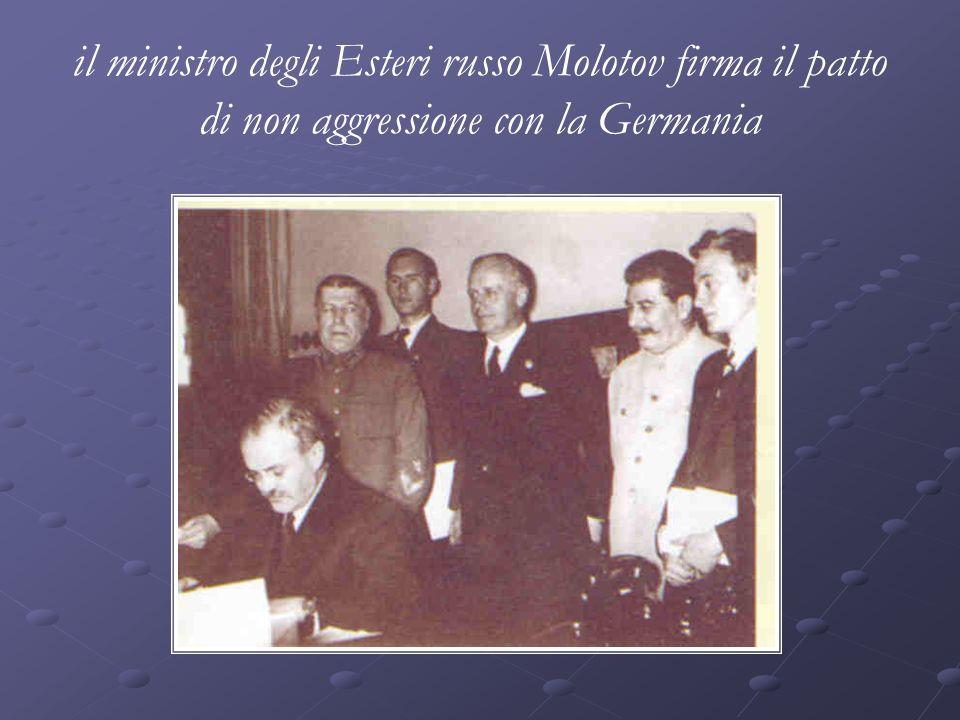 il ministro degli Esteri russo Molotov firma il patto di non aggressione con la Germania