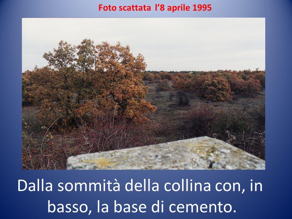 Dalla sommità della collina con, in basso, la base di cemento.