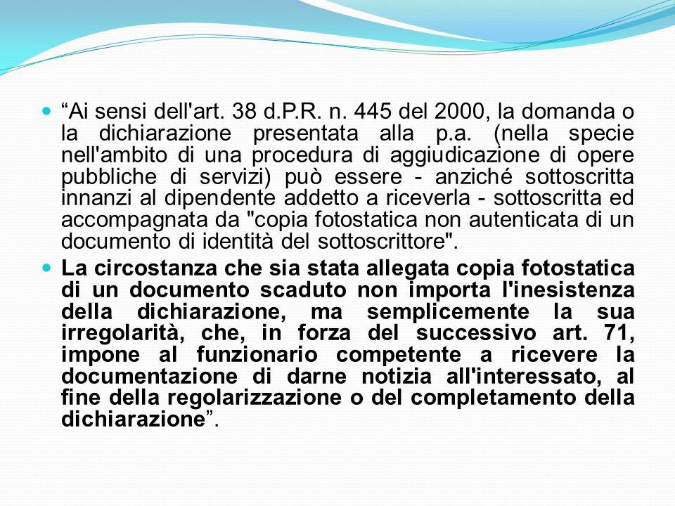 Ai sensi dell art. 38 d.P.R. n. 445 del 2000, la domanda o la dichiarazione presentata alla p.a. (nella specie nell ambito di una procedura di aggiudicazione di opere pubbliche di servizi) può essere - anziché sottoscritta innanzi al dipendente addetto a riceverla - sottoscritta ed accompagnata da copia fotostatica non autenticata di un documento di identità del sottoscrittore .