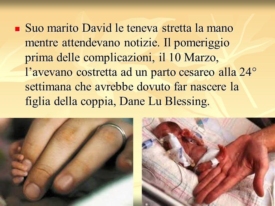 Suo marito David le teneva stretta la mano mentre attendevano notizie
