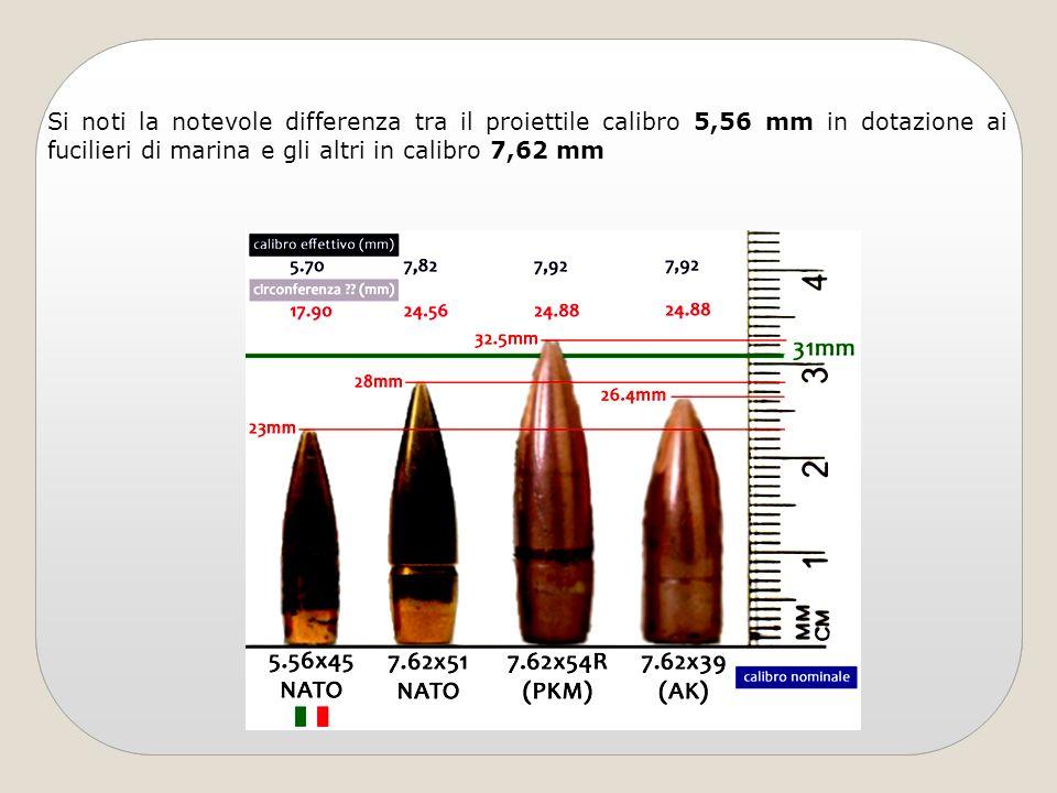 Si noti la notevole differenza tra il proiettile calibro 5,56 mm in dotazione ai fucilieri di marina e gli altri in calibro 7,62 mm