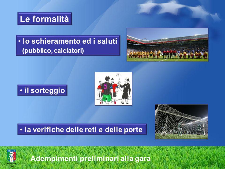 Le formalità lo schieramento ed i saluti (pubblico, calciatori)