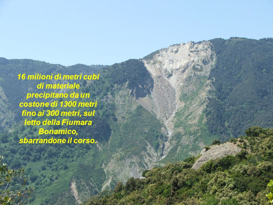 16 milioni di metri cubi di materiale precipitano da un costone di 1300 metri fino ai 300 metri, sul letto della Fiumara Bonamico, sbarrandone il corso.